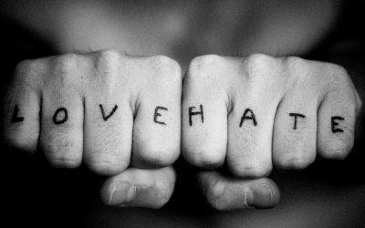"""¿Tattoos en las manos? """"Love and heat"""", la historia del amor y el odio"""
